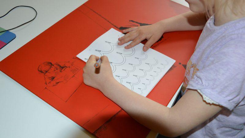 Linkshänderin beim scheiben